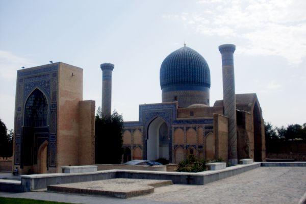 Гур-Эмир (Самарканд, Узбекистан). Мавзолей Тамерлана в Самарканде начали строить еще при жизни великого завоевателя — первоначально он предназначался для его любимого внука Мухаммед-Султана, внезапно скончавшегося в 1403 году. Через два года, во время Китайского похода заболел и умер сам Тимур, так что возведение Гур-Эмира («могилы эмира») пришлось заканчивать другому его внуку, Улугбеку.