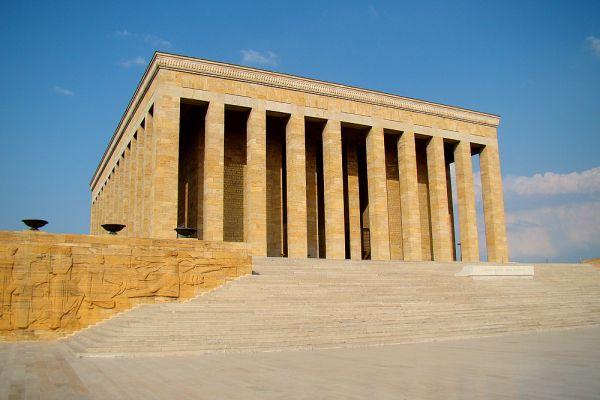 Мавзолей Аныткабир был открыт 1 сентября 1953 года. Он стоит на холме Расаттепе в центре Анкары и виден со всех концов города, ставшего, благодаря Ататюрку, столицей. Камень для строительства доставляли из разных частей Турции — это тоже стало данью уважения страны своему первому президенту. Аныткабир работает каждый день с 9:.00 до 17:00 (зимой до 16:00) с перерывом с полудня до часу, вход бесплатный.