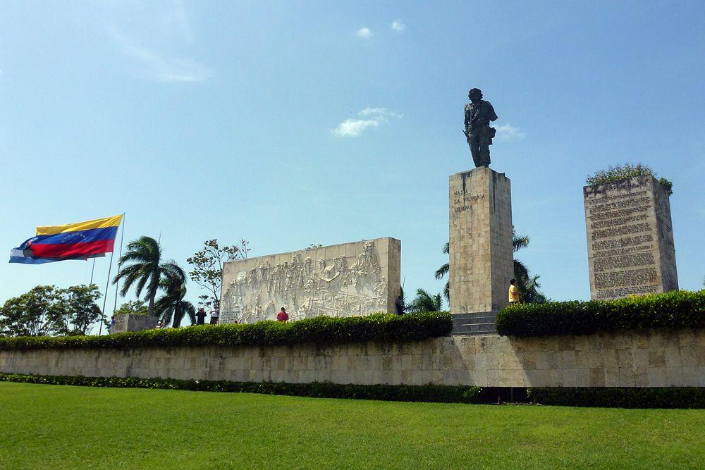 Мавзолей Че Гевары (Санта-Клара, Куба). Место для мавзолея выбрано не случайно: именно здесь, в 270 км к востоку от Гаваны, команданте Че одержал свою самую громкую победу. Битва за Санта-Клару стала последним и решающим сражением Кубинской революции — через 12 часов после взятия города повстанцами в декабре 1958-го генерал Батиста бежал из страны. Но мавзолеем в полном смысле этого слова комплекс стал лишь в 1997-м, через 30 лет после трагической гибели Че Гевары, когда в Боливии была найдена его могила.