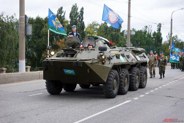 Сопровождали процессию военный оркестр и полицейские.