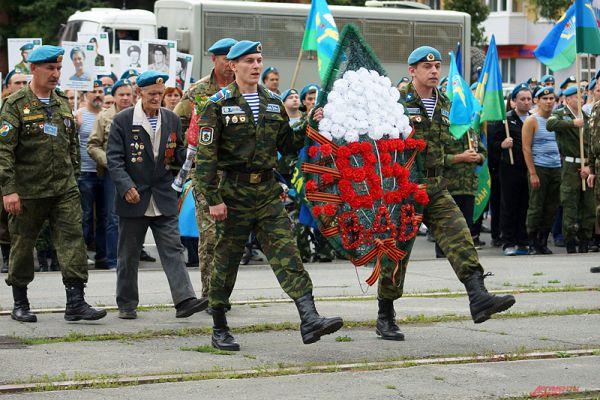 Подойдя к монументу Уральскому добровольческому танковому корпусу, десантники провели церемонию возложения венков и цветов, дабы почтить память героев Великой Отечественной войны.