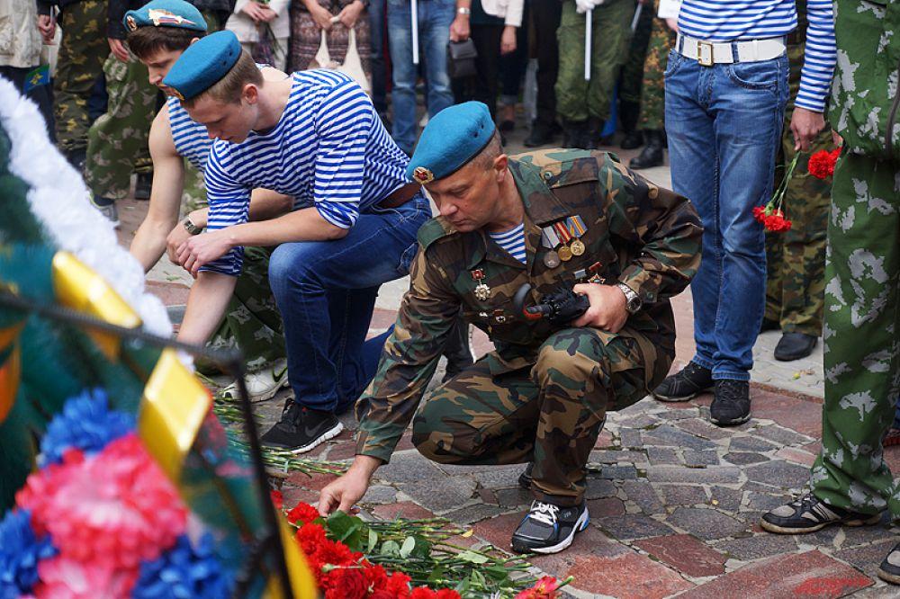Возложение цветов у монумента.