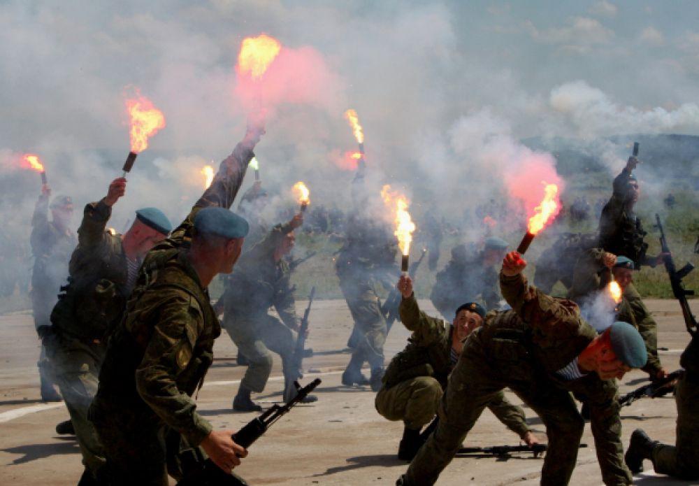 Выступление десантников на территории 83-й отдельной гвардейской десантно-штурмовой бригады в пригороде Уссурийска Приморского края.