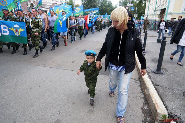 Жители города улыбались, завидев десантников. Идущие по дороге другие десантники поддерживали патриотический порыв, махая российскими флагами.