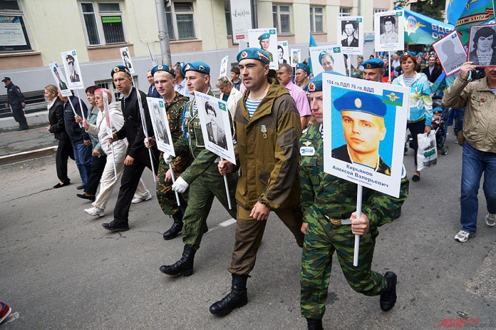 Впервые в колонне прошлись участники «Бессмертного полка» с портретами своих родных.