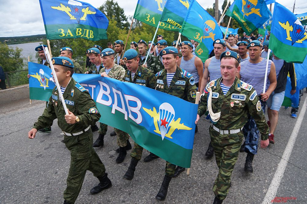 Солдаты шли с транспарантами и флагами.