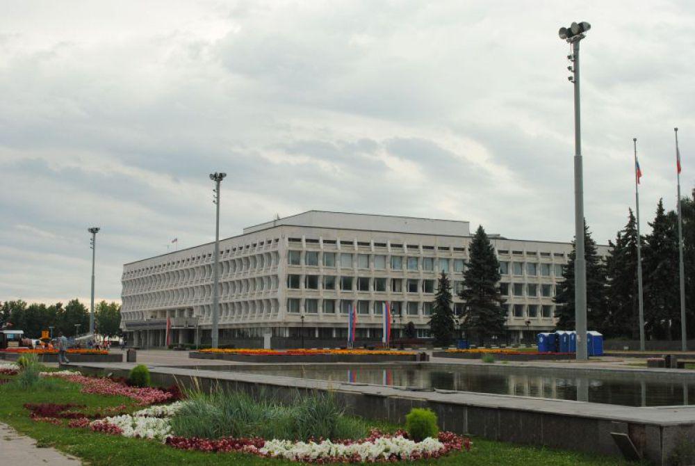 По площади педуниверситет больше Мемцентра, но ажурный фасад с множеством мелких элементов создает такой эффект, что здания не «спорят» между собой.