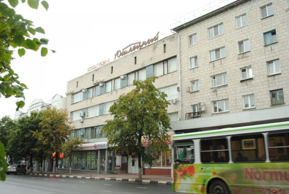 Своим проектом салона «Юбилейный» архитектор Лев Нецветаев объединяет между собой жилой дом начала 60-х справа и кинотеатр «Художественный» слева.