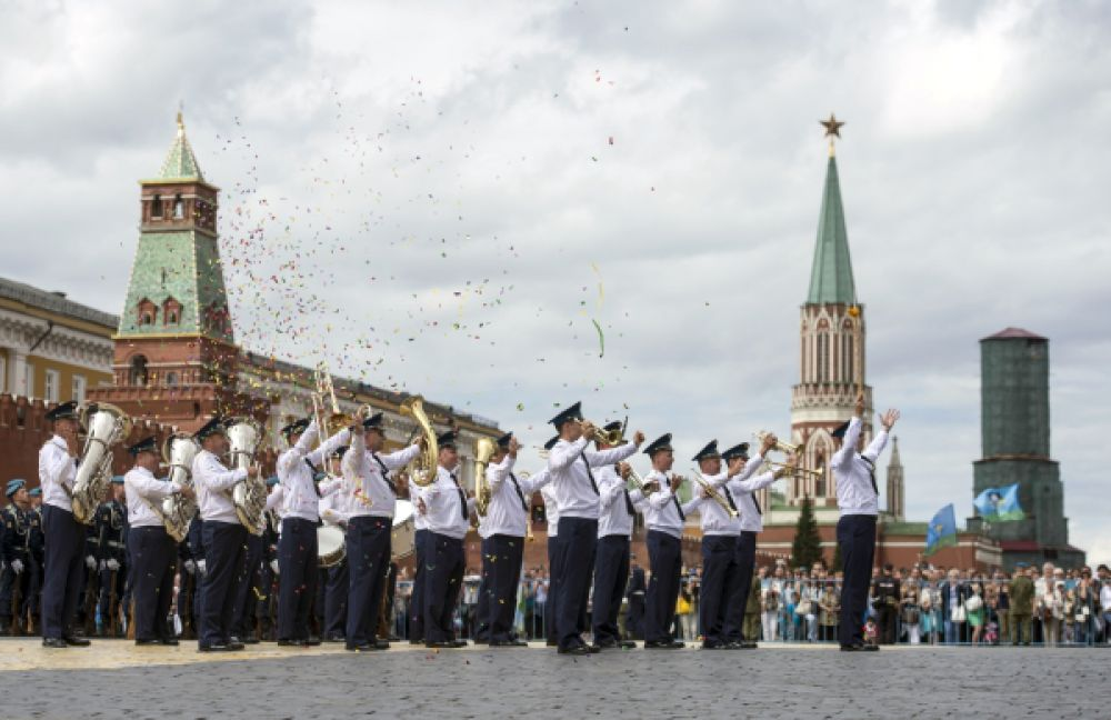 Военный оркестр выступает на праздновании 85-летия Воздушно-десантных войск на Красной площади.