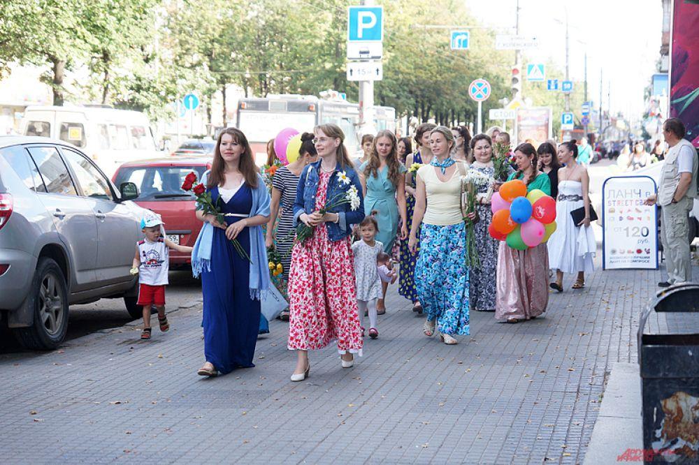 Прекрасные девушки, держа в руках букеты, прошлись от кинотеатра «Кристалл» по Комсомольскому проспекту до площади у Театра-Театра.