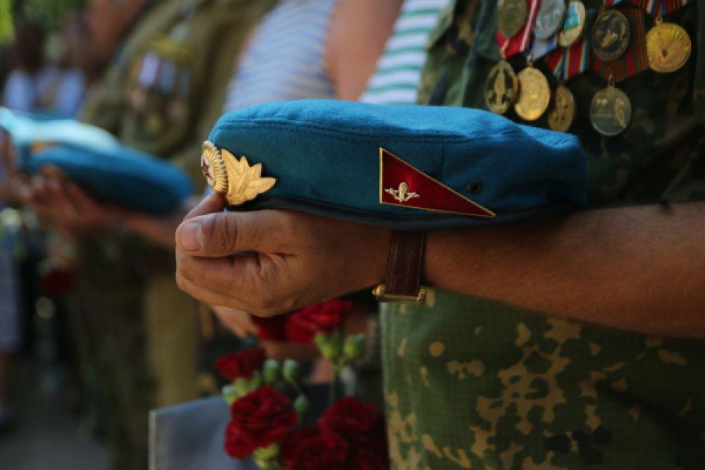 Десантник во время празднования дня Воздушно-десантных войск в Симферополе.