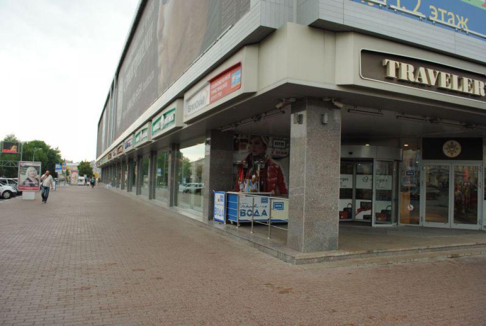 Новейшая реконструкция «убила» первоначальный замысел архитекторов ЦУМа – создать для горожан открытую галерею, как в старинных торговых рядах, находившихся когда-то на этом месте.
