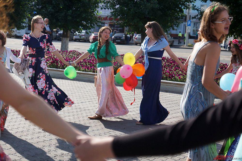 У ЦУМа девушки пели песни и водили хоровод.