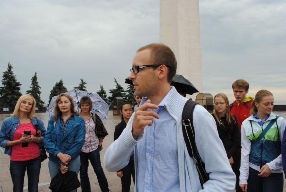 Экскурсия началась с вводной лекции: что такое советский модернизм.