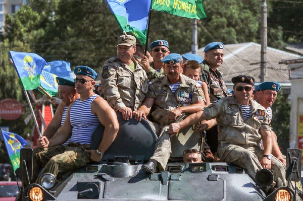 Бывшие десантники во время празднования дня Воздушно-десантных войск в Симферополе.