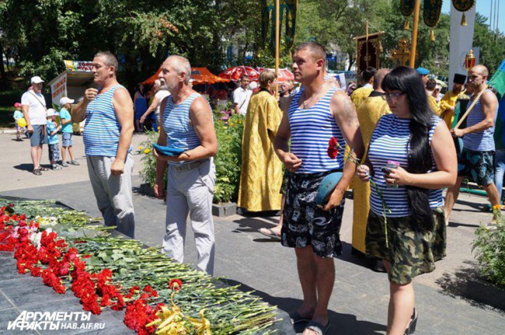 По традиции, цветы в этот день кладут к Черному тюльпану - символу памяти русских войнов