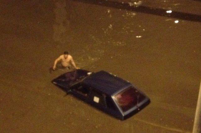 Во Владивостоке в ливень приходится передвигаться вплавь.