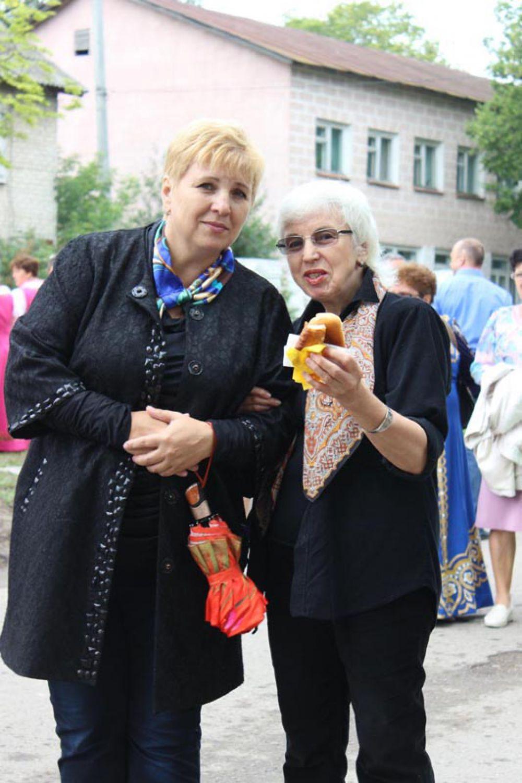Лидия Берч справа угощается пирожками: вкус родины незабываем