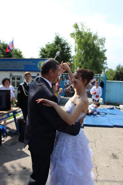 Глава районной администрации В. Чубаров закружил в танце молодую красавицу