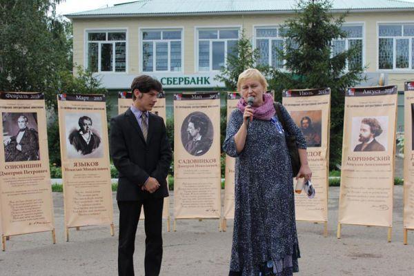 Молодой местный поэт прочитал свои стихи редактору жернала