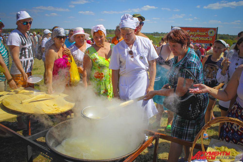 Владельцы турбазы бесплатно угощали гостей варениками, образовалась огромная очередь из желающих их попробовать.
