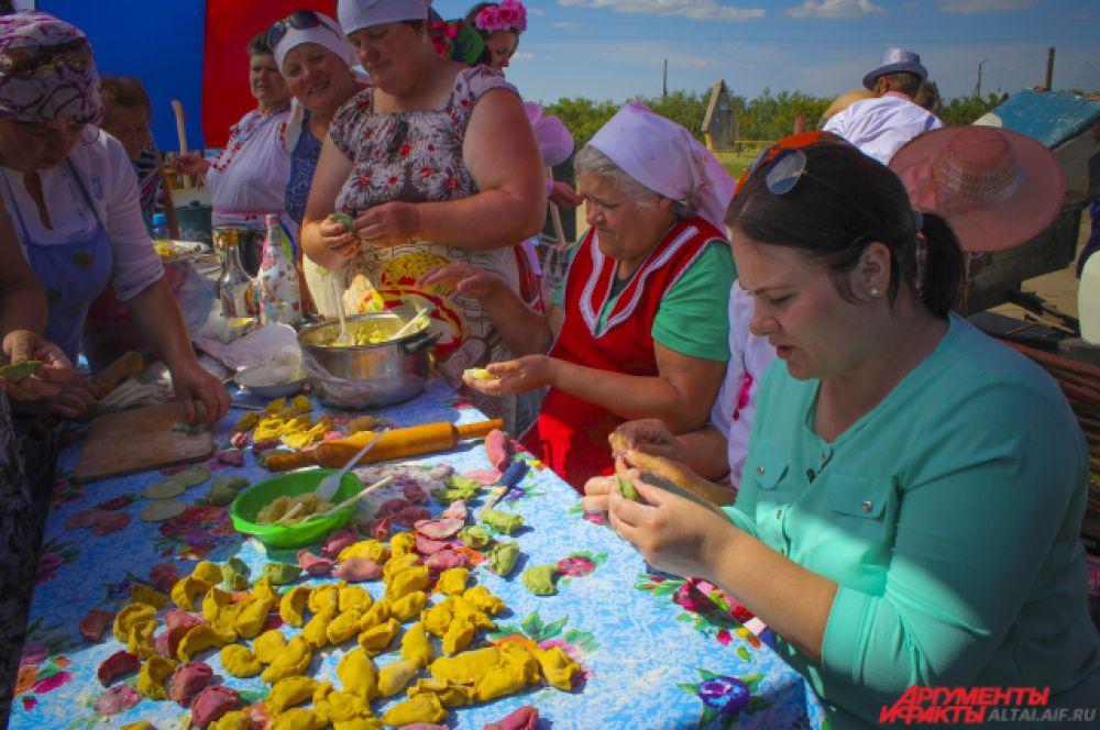 На Фестивале можно было попробовать цветные вареники: зеленые - со шпинатом, красные - с соком свеклы, желтые - с куркумой.