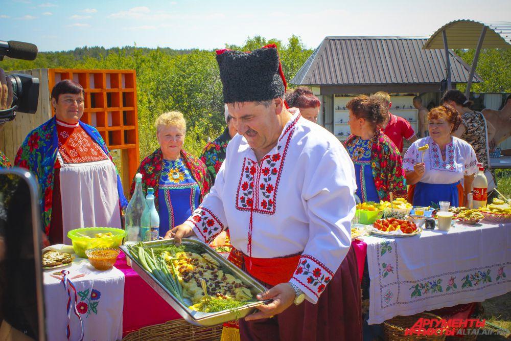 Самый большой вареник весом более 4 кг представил Дубровинский сельсовет.