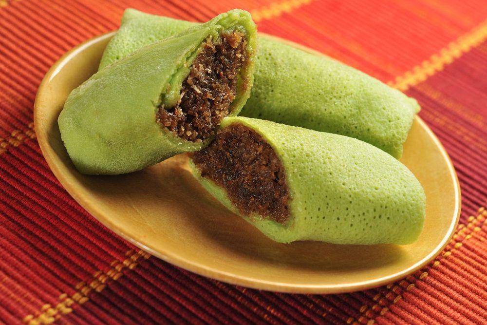 В Индонезии любят Dadar gulung – зеленый блин, сделанный из листьев пандануса, заполненных кокосовым сахаром.