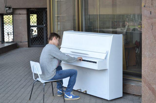 Общественное пианино установили возле областной библиотеки