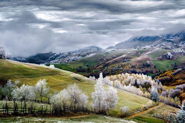 10 место - фотография под названием Земля сказок от фотографа Эдуарда Гутеску. Румыния, деревня Pestera