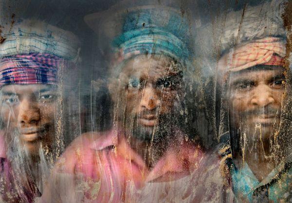 Рабочие, копающие гравий, были сфотографированы в Бангладеше. Фотоснимок занял второе место в фотоконкурсе National Geographic