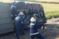 Один из автобусов в результате аварии перевернулся
