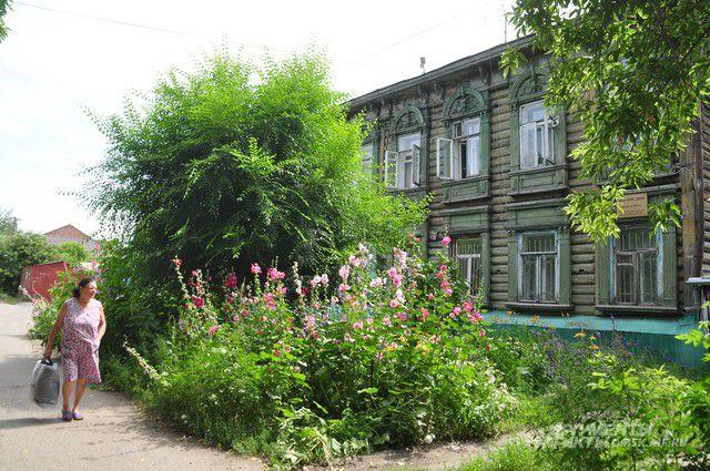 Унылое здание по улице Успенского пока не радует горожан.