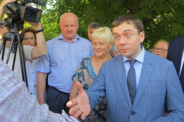 Андрей Чибис, Александр Гавричков беседуют с жителями улицы Советской и представителями СМИ.