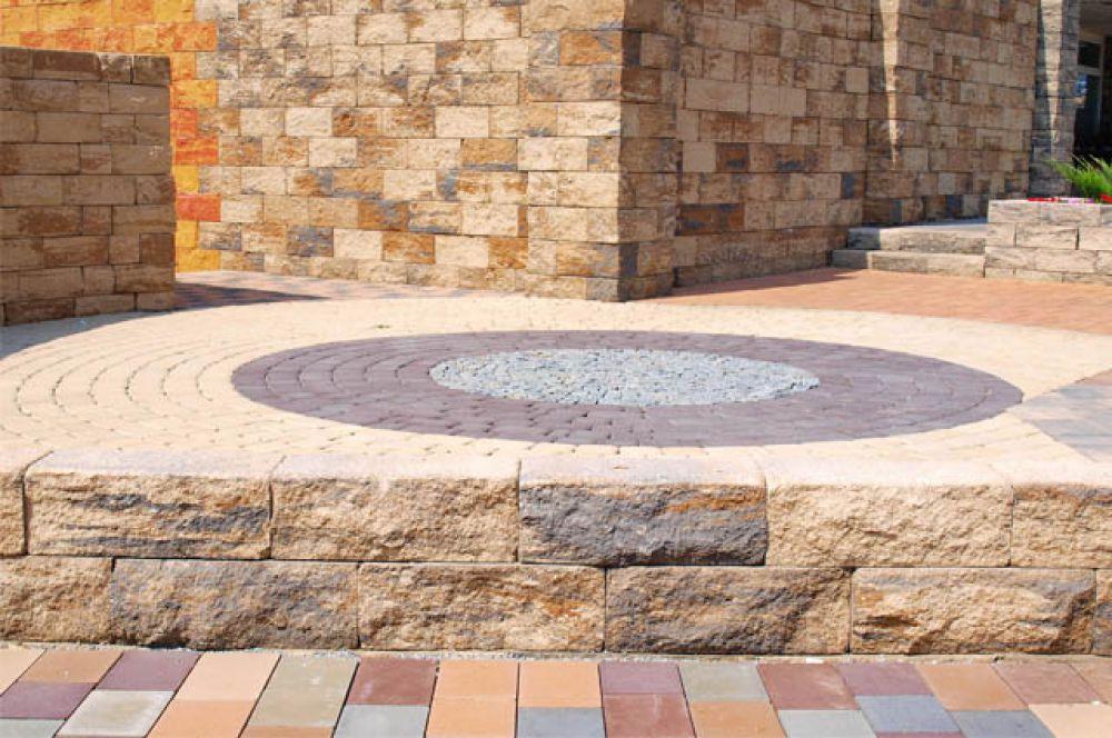 Разнообразие расцветок плитки от «Оникса», четких геометрических форм, фактур, размеров, позволяет легко воплощать в жизнь самые оригинальные дизайнерские решения и украсить даже  самый заурядный двор.