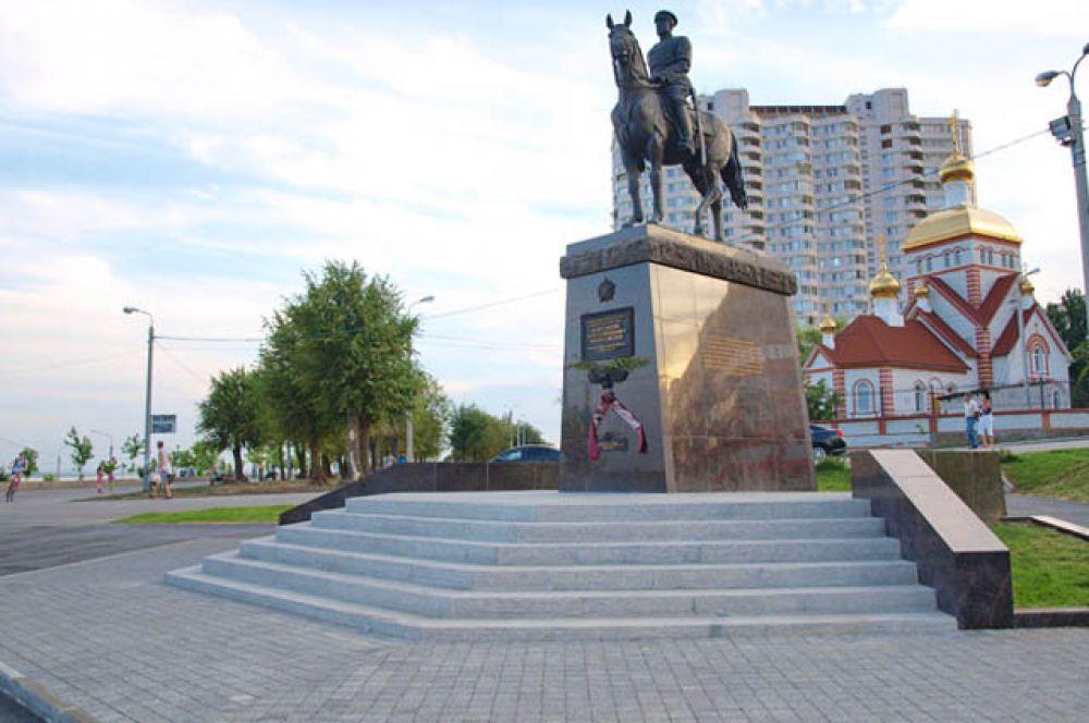 Тротуарная плитка, изготовленная на предприятии «Оникс», украшает площадь у памятника  маршалу Рокоссовскому в Центральном районе.
