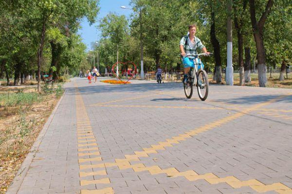 В сквере 70-летия Победы по вымощенной красивой поверхности тротуарной плитки предприятия «Оникс», как по глади воды, скользят детские коляски, детвора катается на роликах и велосипедах.