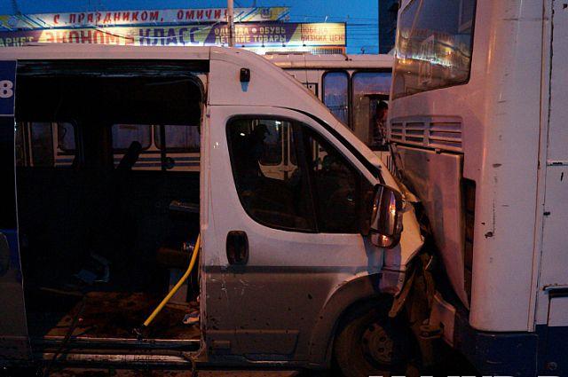 Маршрутка врезалась в автобус.