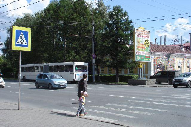 Непорядок: рекламный щит рядом с пешеходным переходом.
