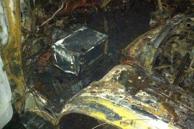 Обугленный сейф находился в автомобиле.