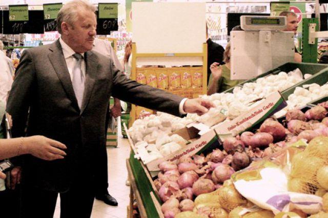 Губернатор Вячеслав Шпорт знакомится с ассортиментом одного из хабаровских гипермаркетов