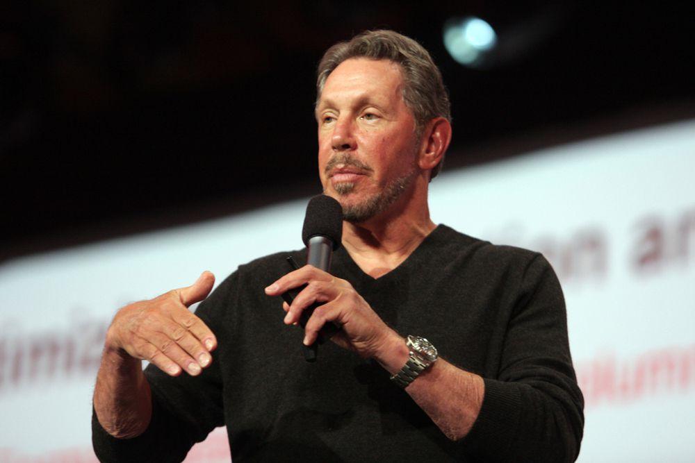 На втором месте в рейтинге — основатель и глава совета директоров Oracle Ларри Эллисон. Его состояние Forbes оценивает в $50 млрд. После работы с базами данных ЦРУ в 1977 году Эллисон основал свою софтверную компанию, которая с годами выросла в глобальную бизнес-империю с выручкой $38,3 млрд (2014 год). В сентябре прошлого года предприниматель объявил о намерении покинуть пост гендиректора Oracle, чем сильно встревожил аналитиков, но все еще сохраняет нити оперативного управления в своих руках.