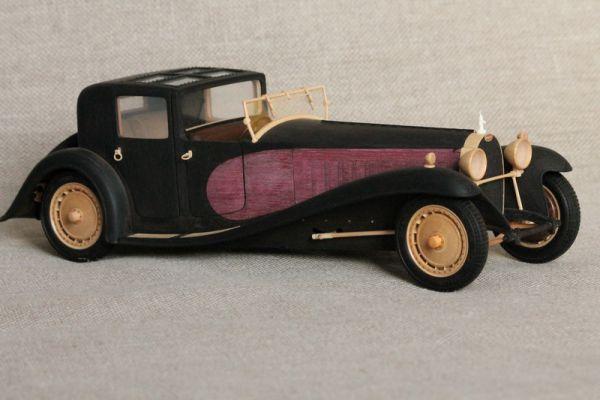 В модели есть срабатывающая подвеска под собственным весом, работают поршни в моторе от заднего моста, двери с ручками на бамбуковых пружинах, жалюзи на открывающемся капоте подвижны блоком, как на настоящем автомобиле, вентилятор охлаждения крутится от коленчатого вала, ручной тормоз подвижен с системой тяг.