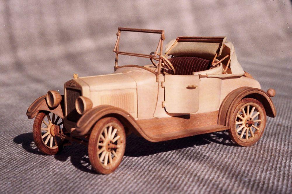 В модели есть действующее рулевое управление (планетарный редуктор), складывается тент, подвеска работает под собственным весом.