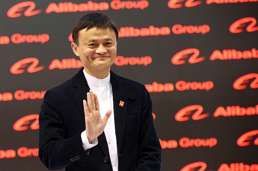 Бывший учитель английского Джек Ма, состояние которого эксперты издания оценили в $22,7 млрд, сделал то, что не удавалось ни одному бизнесмену из Китая до него. В сентябре 2014 года его интернет-гигант Alibaba Group вышла на IPO в Нью-Йорке. Компания сумела привлечь в совокупности рекордные $25 млрд. В структуру Alibaba Group входят несколько торговых площадок. Непосредственно Alibaba.com для представителей малого бизнеса, Taobao.com, маркетплейс Aliexpress и Tmall.com.