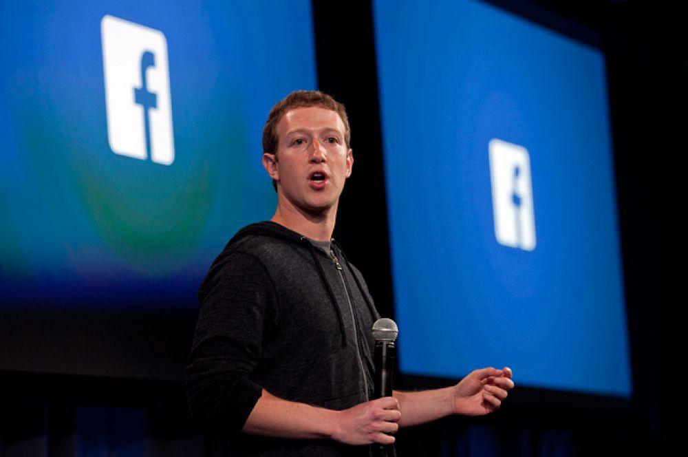 Следом идет основатель и гендиректор Facebook Марк Цукерберг, состояние которого оценено в $33,4 млрд. Он продолжает триумфально вести социальную сеть к новым бизнес-вершинам. В 2014 году выручка компании подскочила на 58%, до отметки $12,5 млрд. В Facebook уже 1,4 млрд зарегистрированных пользователей, которые ежедневно просматривают 3 млрд видеороликов. Принадлежащие соцсети фотосервис Instagram и мессенджер WhatsApp, купленный за рекордные $19 млрд, —  это еще 300 млн и 700 млн пользователей соответственно.