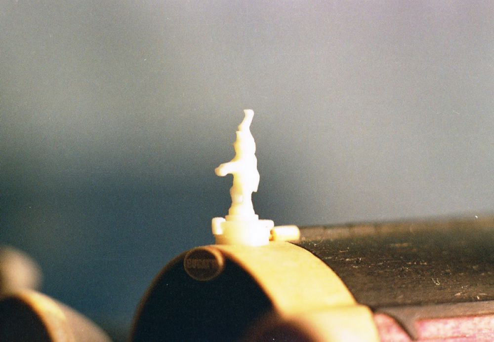 Слоник на радиаторе сделан из зуба кашалота.