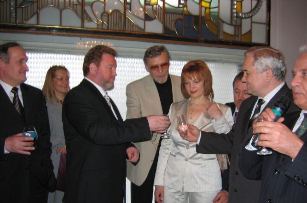 04.04.04 - день когда Михаил Евдокимов избран губернатором Алтайского края. Фото сделано во время банкета после присяги.