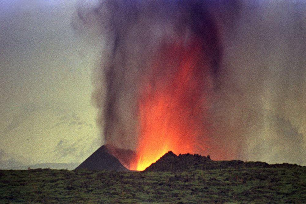 Рождение нового вулкана на глазах у изумленных туристов.