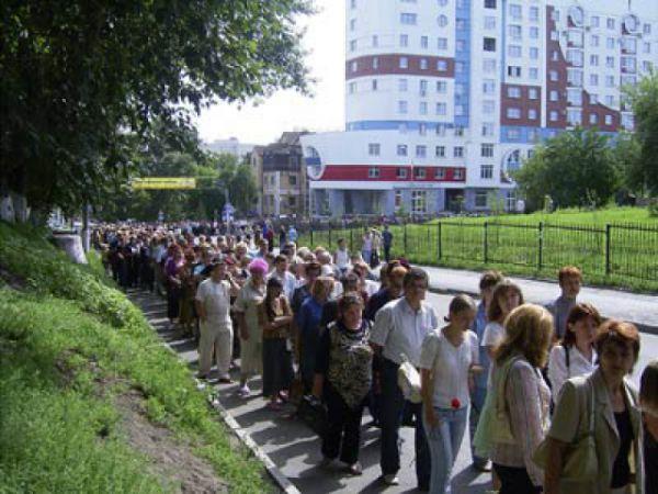 Очередь из желающих попрощаться с Михаилом Евдокимовым в Барнауле растянулась на несколько километров.